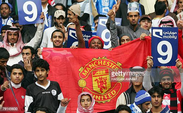 Saudi fans hold a Manchester United flag prior to their football match against Saudi club al-Hilal at King Fahd Stadium in Riyadh, 21 January 2008....