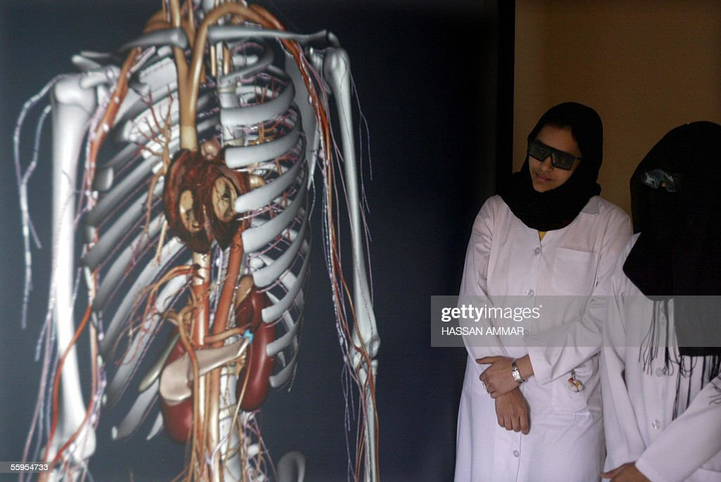 Saudi medicine students wearing special : News Photo