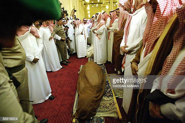Saudi men pray over the body of King Fahd of Saudi Arabia at the Imam Turki bin Abdullah mosque in Riyadh 02 August 2005 Fahd died yesterday after 23...