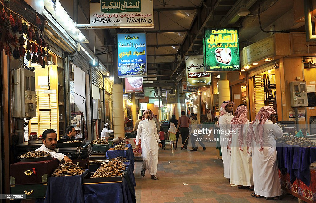 Saudi men shop at the Mecca market in ce : News Photo
