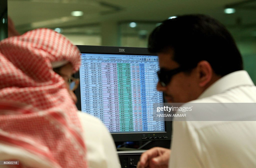 Saudi traders work at a bank in Riyadh o : Fotografía de noticias