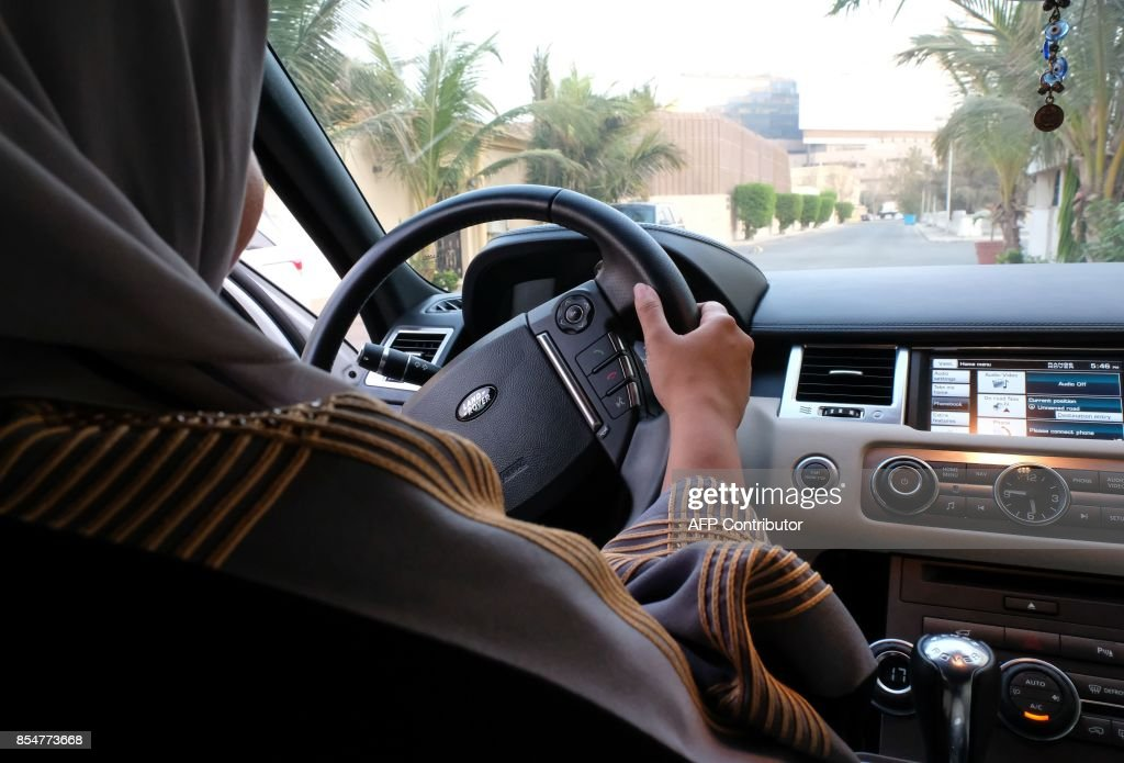 A Saudi woman drives her car along a street in the Saudi coastal city of Jeddah, on September 27, 2017. Saudi Arabia will allow women to drive from next June, state media said on September 26, 2017 in a historic decision that makes the Gulf kingdom the last country in the world to permit women behind the wheel. /