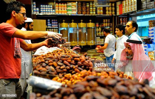 Saudi's buy dates at a shop in Jeddah ahead of the Muslim holy fasting month of Ramadan on May 24 2017 / AFP PHOTO / Amer HILABI