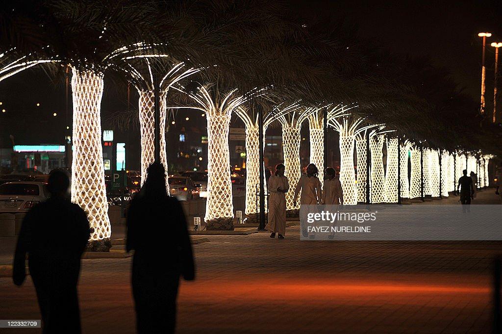 Popular Light Eid Al-Fitr Decorations - saudis-walk-on-king-abdullah-street-decorated-with-lights-ahead-of-picture-id122332709  Photograph_642917 .com/photos/saudis-walk-on-king-abdullah-street-decorated-with-lights-ahead-of-picture-id122332709