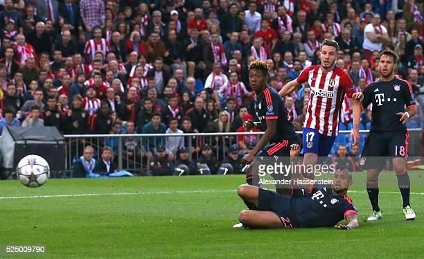 Saul Niguez of Atletico Madrid beats David Alaba Arturo Vidal and Juan Bernat of Bayern Munich as he scores their first goal during the UEFA...