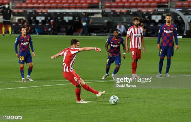 Saul Niguez of Atletico Madrid scores his team's first goal by penalty during the Liga match between FC Barcelona and Club Atletico de Madrid at Camp...