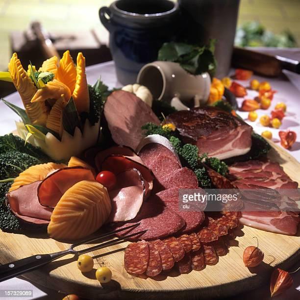 sausages arrangement - gerookte worst stockfoto's en -beelden