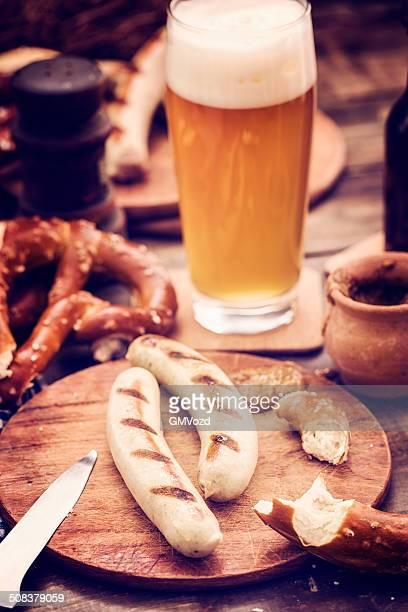 Würstchen, Pretzles und Bier