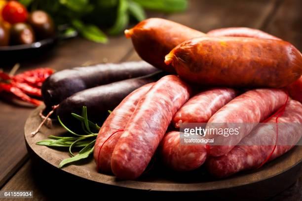 Variation de saucisses sur table en bois foncé
