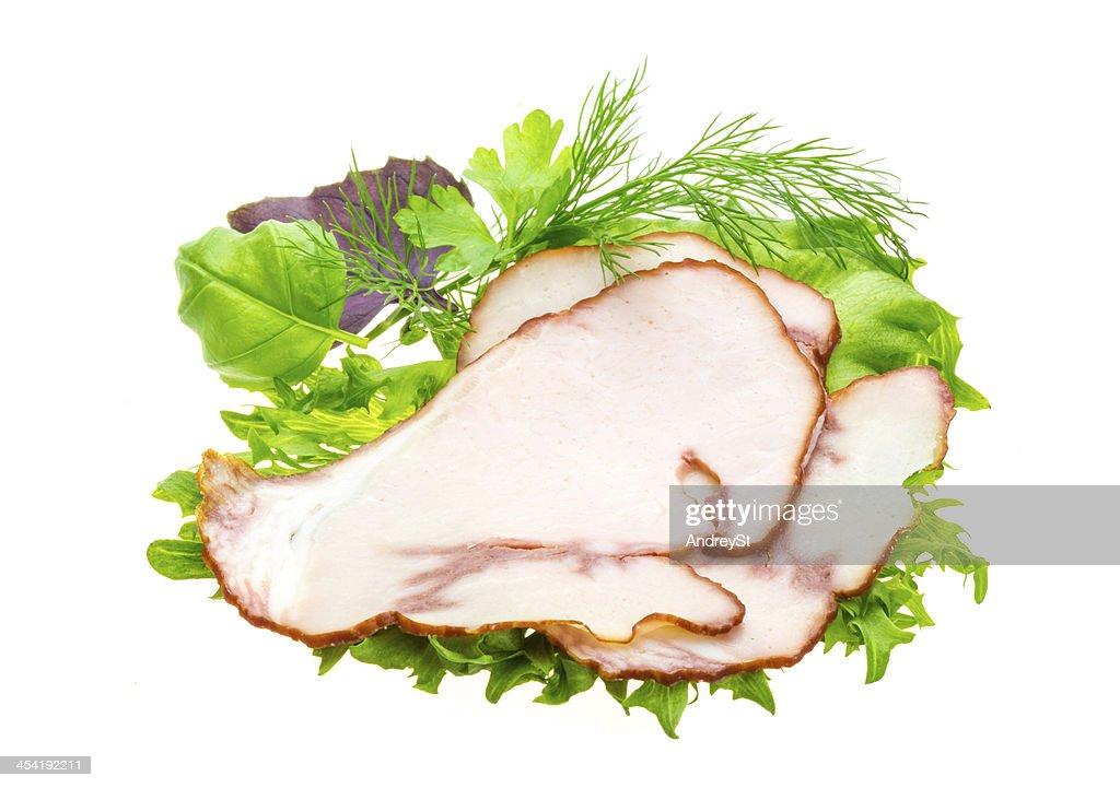 Salchichas con una ensalada y albahaca : Foto de stock
