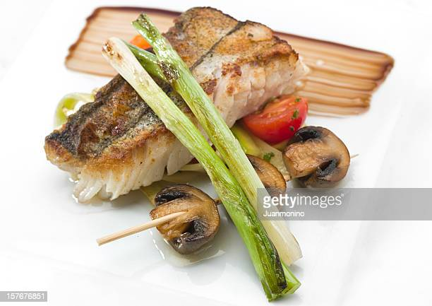 salteado filete de merluza (merluza) con champiñones - merluza fotografías e imágenes de stock