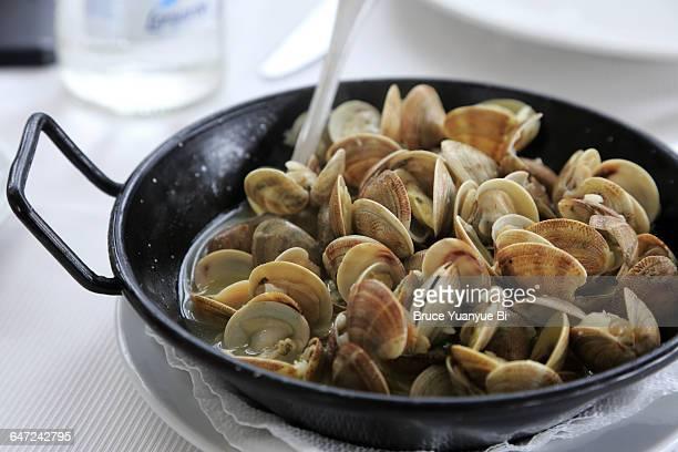 sauteed clams - pescado y mariscos fotografías e imágenes de stock