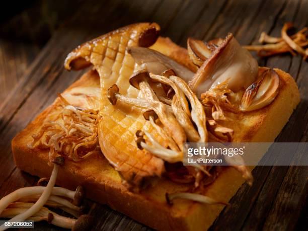 Champignons sautés sur des toasts