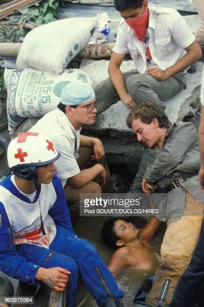 Sauvetage d'Omayra Sanchez, une fillette prisonnière de décombres après l'éruption du volcan Nevado del Ruiz à Armero le 15 novembre 1985 à Armero,...