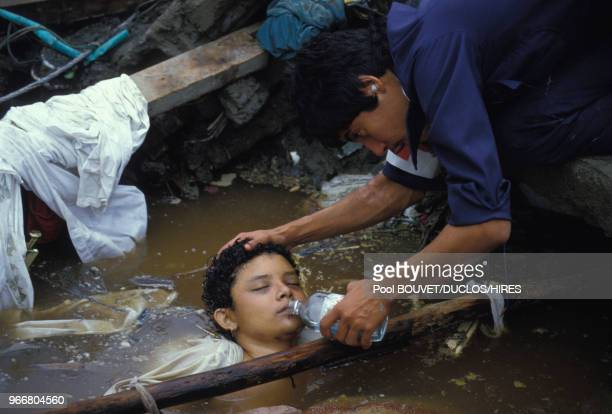 Sauvetage d'Omeyra, une fillette prisonnière de décombres après l'éruption du volcan Nevado del Ruiz à Armero le 15 novembre 1985 à Armero, Colombie.