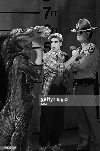 BELL 'Save That Tiger' Episode 16 Air Date Pictured MarkPaul Gosselaar as Zachary 'Zack' Morris Dennis Haskins as Mr Richard Belding Photo by Chris...