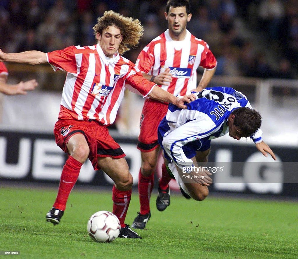 Savo Milosevic of Espanyol and Fabricio Coloccini of Atletico Madrid in action : News Photo