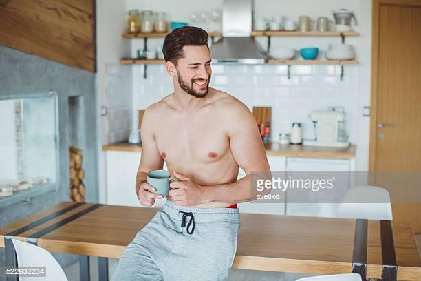 saboreando o café da manhã - homem pelado - fotografias e filmes do acervo