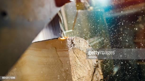 Zagen snijden een logboek