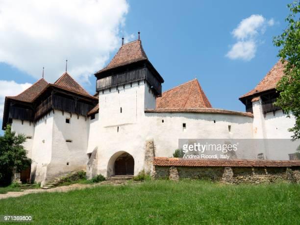 saxon fortified church, viscri village, romania - siebenbürgen stock-fotos und bilder