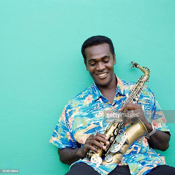 saxophonist in hawaiian shirt - hugh sitton stockfoto's en -beelden