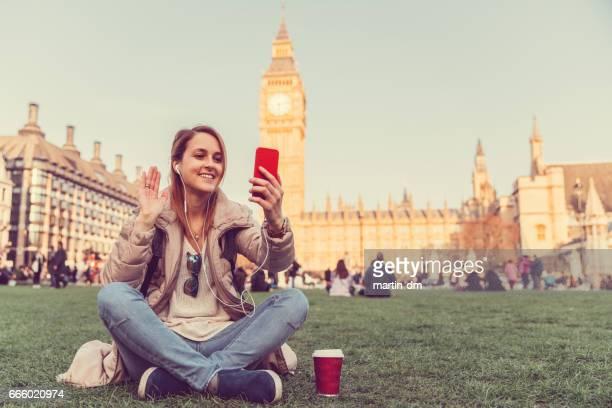 zeggen hi op video-oproep van londen - english stockfoto's en -beelden