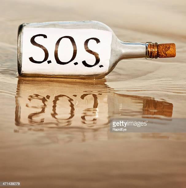 SOS dit désespérée message dans la bouteille au waters edge