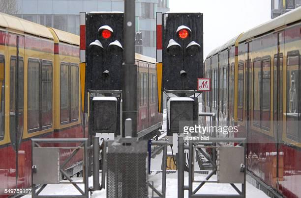 SBahn bei starkem Schneetreiben in Berlin Haltesignale stehen auf rot