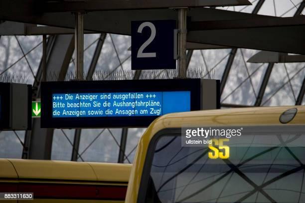 SBahnhof BerlinSpandau auch ein Tag nach dem Ausfall der Zentralrechner Halensee sind die Fahrgastinformationsanzeigen gestoert Anzeigetext Die...