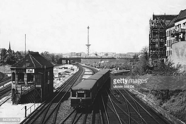 SBahnzug bei der Einfahrt in den Bahnhof Halensee Berlin 1960er Jahre