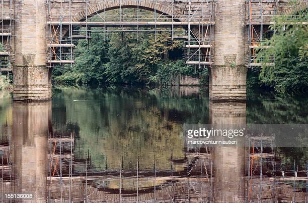 Scaffolded Ponte sul fiume in fase di restauro
