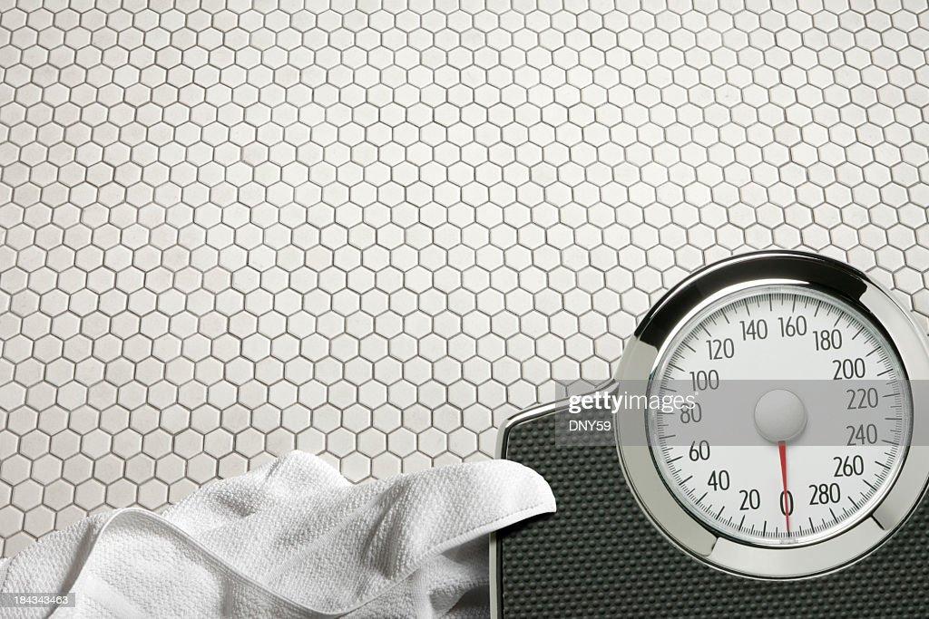 Waage und ein Handtuch auf dem Fußboden des Badezimmers : Stock-Foto