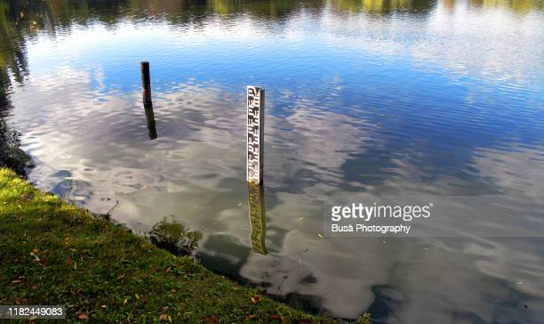 scale indicating water level in a lake - stausee stock-fotos und bilder