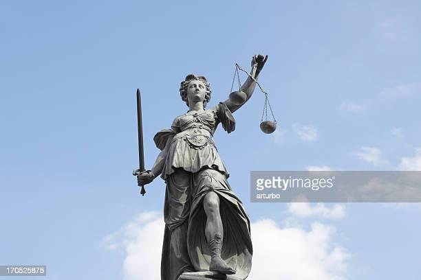 Waage und wolkig blauer Himmel mit alten lady Justice lady knox geyser