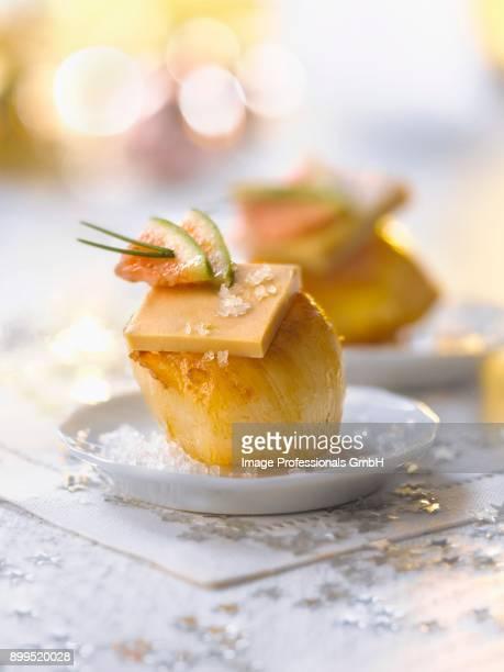 scallop and foie gras appetizer - foie gras photos et images de collection