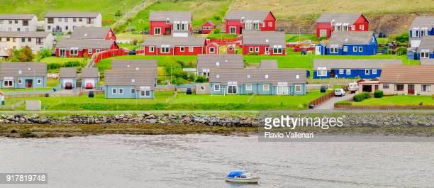 scalloway, the largest settlement on the north atlantic coast of mainland, shetland islands, scotland - isole shetland foto e immagini stock