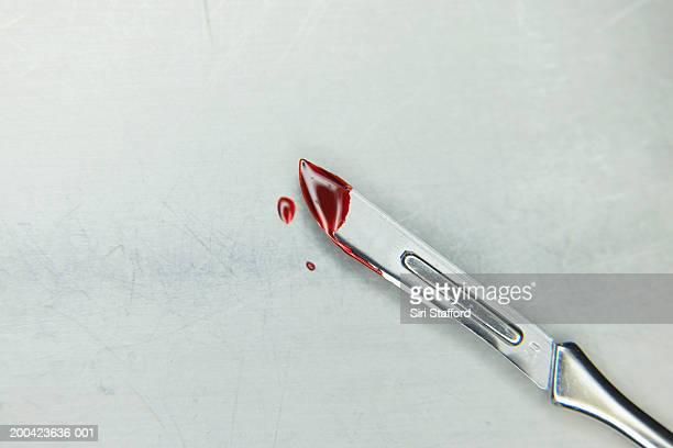 scalpel with blood - sangre humana fotografías e imágenes de stock