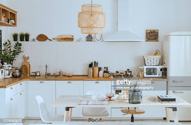 scandinavian style cozy modern kitchen interior with a dining zone, white modern interior, everyday still llife, stay at home coronavirus quarantine, chores - cuisine non professionnelle photos et images de collection