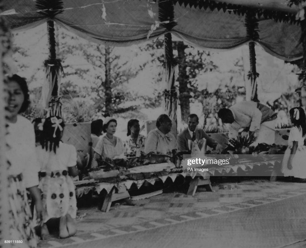 Royalty - Queen Elizabeth II Commonwealth Tour - Tonga : News Photo