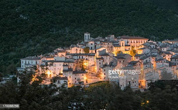 scanno paesaggio urbano al tramonto, l'aquila provincia, abruzzo italia - l'aquila foto e immagini stock