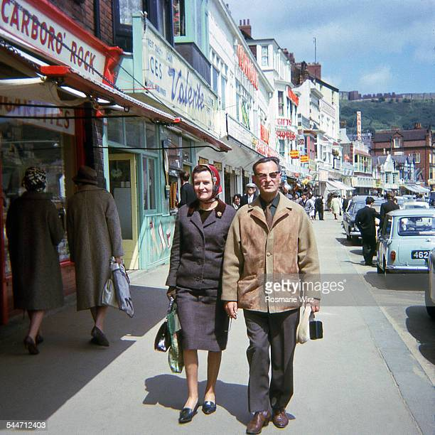 scarborough in the 1960's - archiefbeelden stockfoto's en -beelden