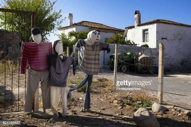 scarecrows in the front yard on a sunny day at barbaros village,izmir.. - emreturanphoto stock-fotos und bilder