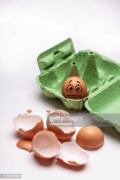 scared egg waiting to be cooked - frescura stock pictures, royalty-free photos & images