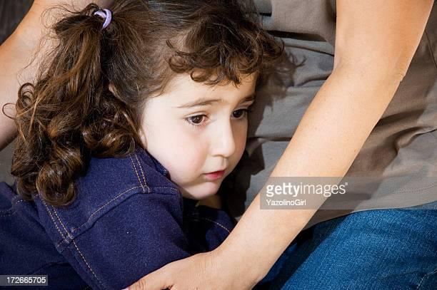Assustado/triste Menina com a mãe de Braços