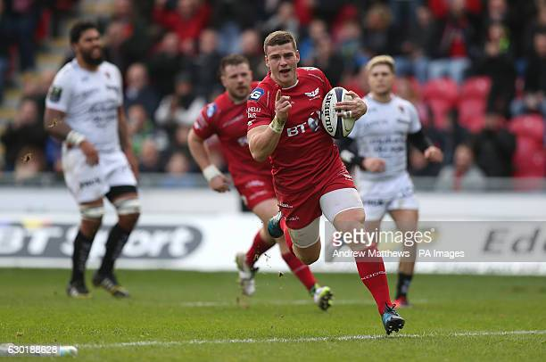 Scarlets' Scott Williams runs in to score the first try of the game during the European Champions Cup pool three mach at Parc y Scarlets Llanelli