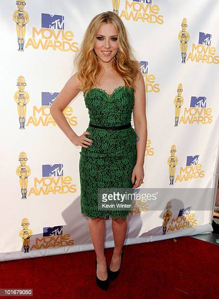 Scarlett Johansson arrives at the 2010 MTV Movie Awards held at the Gibson Amphitheatre at Universal Studios on June 6, 2010 in Universal City,...