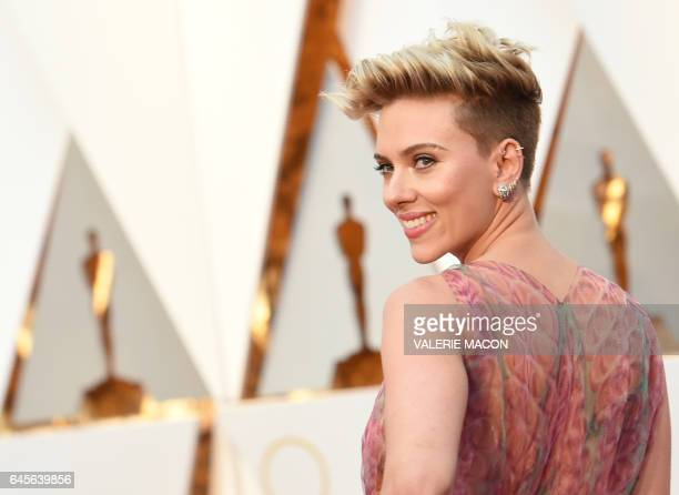 TOPSHOT Scarlett Johansson arrives on the red carpet for the 89th Oscars on February 26 2017 in Hollywood California / AFP / VALERIE MACON