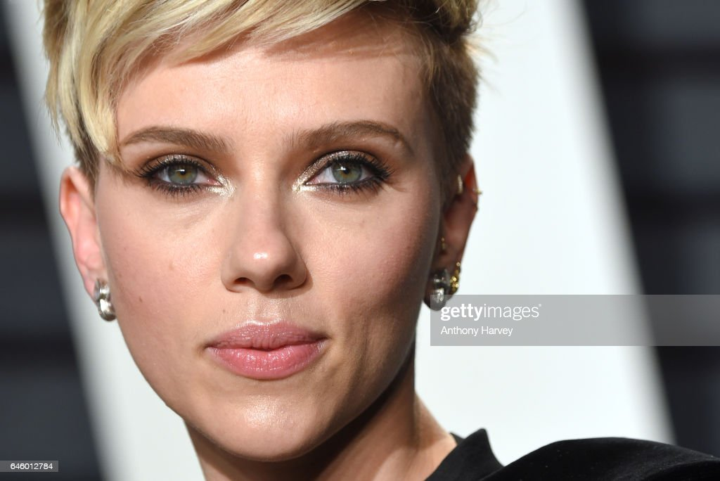 Scarlett Johansson attends the 2017 Vanity Fair Oscar Party hosted by Graydon Carter at Wallis Annenberg Center for the Performing Arts on February 26, 2017 in Beverly Hills, California.