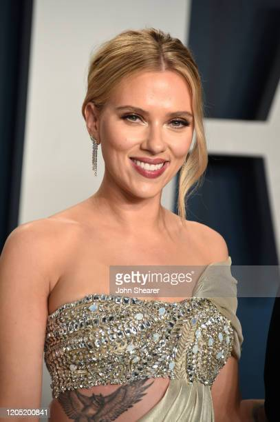 Scarlett Johansson attends the 2020 Vanity Fair Oscar Party hosted by Radhika Jones at Wallis Annenberg Center for the Performing Arts on February 09...