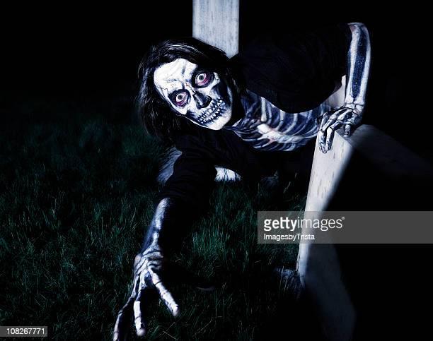 Effrayant Skeleton ramper sur le sol à la tombée de la nuit
